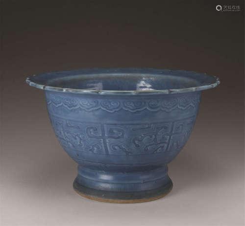 清代(1644-1911) 蓝釉夔龙纹花口花盆