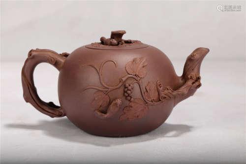 近代 紫砂松鼠葡萄壶