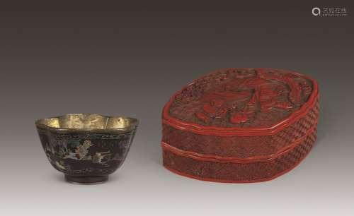 清中期 剔红松下戏婴图棱形盖盒、大漆嵌螺钿山水人物纹梅花杯 (一组两件)