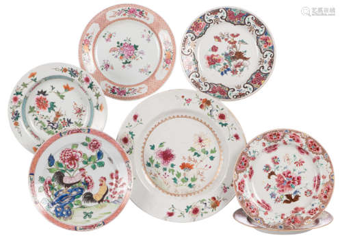 Six Chinese floral decorated export porcelain dishes and a ditto plate, 18thC,ø 23 - 30 cm