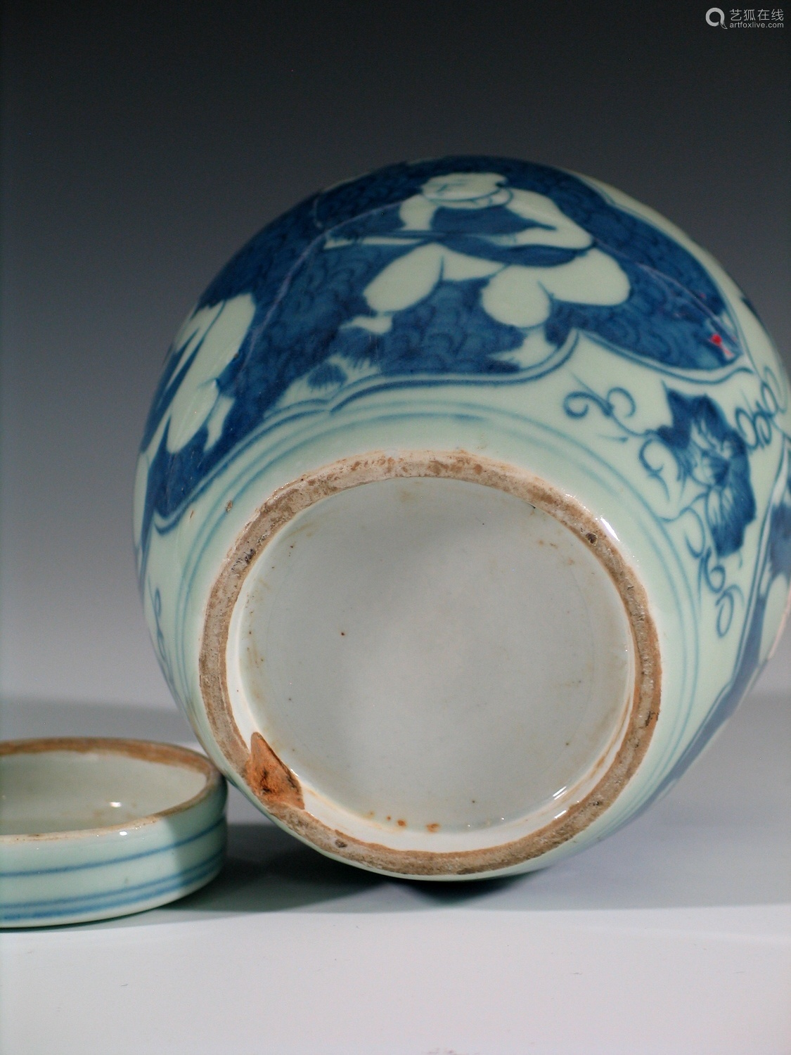 Chinese blue and white porcelain jar with lid.