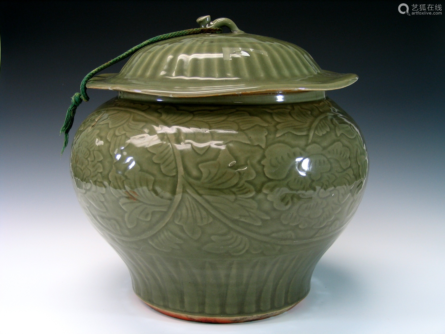 Chinese Longquan porcelain jar with lid.