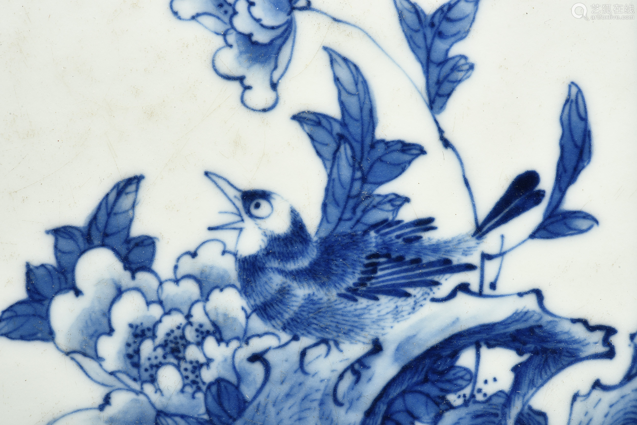 BLUE AND WHITE 'BIRD' PAPER WEIGHT