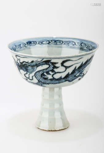 A MING DYNASTY STYLE HIGH FOOT BLUE AND WHITE PORCELAIN CUP WITH DEPICTING DRAGON AND FLOWER.C199.