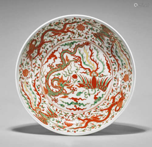 A HUGE WUCAI ENAMELS PORCELAIN DISH.THE BASE MARKED WITH DA MING WAN LI NIAN ZHI BLUE SIX-CHARACTER.C196.