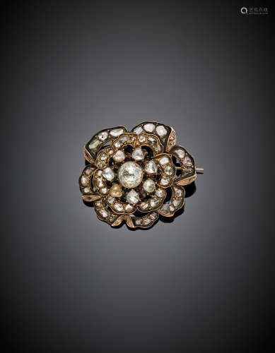 Yellow gold and silver, irregular diamond flower like brooch, g 13.47, diam. cm 3.70.