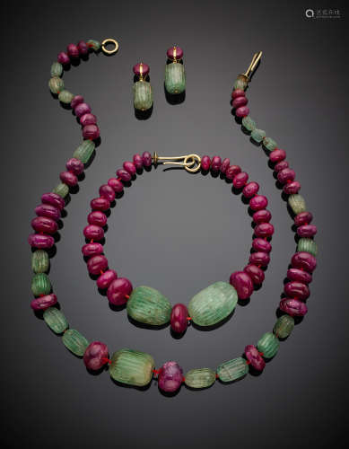 Lot comprising two necklaces of different lengths and ear pendants in ruby and carved emerald beads with yellow gold details, g 518.50.