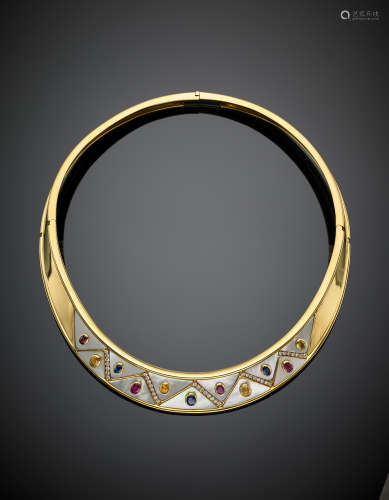 Yellow gold rigid necklace with mother of pearl, yellow and blue sapphires and rubies, corundums in all ct.4 circa, g 101.80, h cm 1.80, diam. cm 12.7 circa.