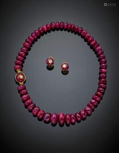 Ovaloid and faceted ruby bead jewellery set composed of a graduated necklace and earrings, bead diam. from mm 10 to mm 16.50, earring bead diam. mm 10.50, in all g 128.60, lenght cm 40.8 circa. Necklace length cm 40.8