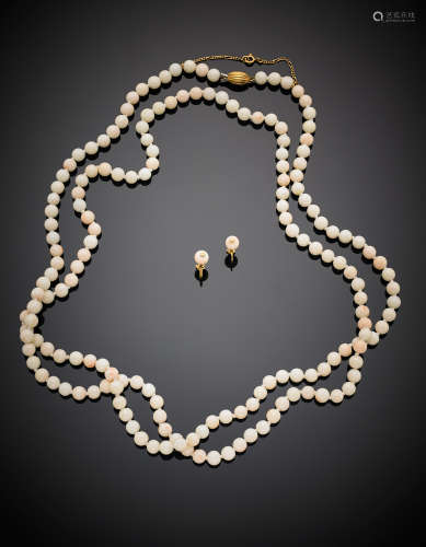 Jewellery set composed of a long variegated pink coral bead necklace and earrings with yellow gold clasp and finishings, g 92.17, length cm 133 circa. In Lo Scrigno case