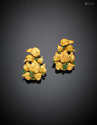 Yellow chiselled gold and small emerald leaf earclips, g 30.72, length cm 4 circa.