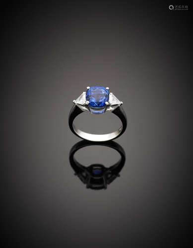 White gold cushion shape ct. 4.20 circa sapphire ring with diamond shoulders g 4.95 size 14/54.
