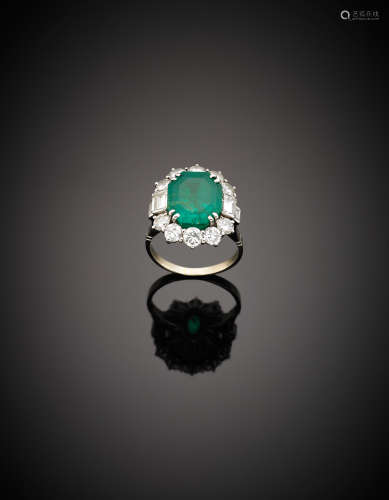 White gold, round and baguette diamond, octagonal step cut ct. 7.50 circa emerald ring, g 6.32 size 11/51.Appended gemmological report CISGEM n. 7715 3/10/2017, MIlano