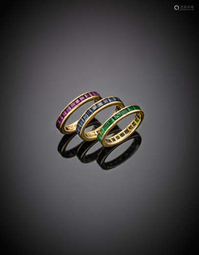 Three emerald, sapphire and carr? rubies yellow gold eternity rings, various sizes, g 7.05.