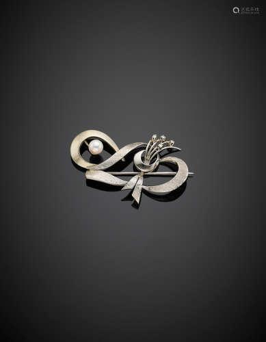 Spilla in oro bianco lucido e satinato, rifinita con diamanti e perla, g 6,30, lungh. cm 5 circa.  White gold partly glazed diamond accented brooch with pearl, g 6.30, length cm 5 circa.