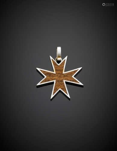 Oak and white gold Maltese cross, g 15.44.