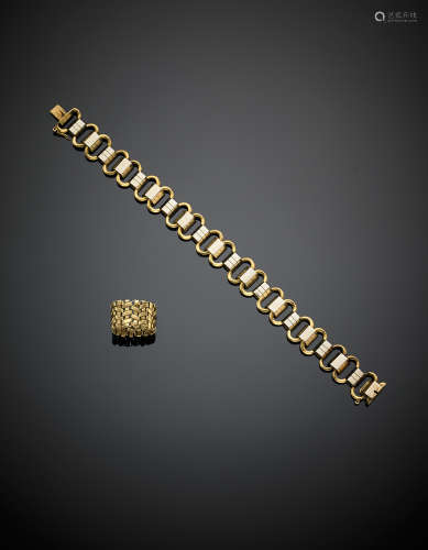 A bi-coloured gold lot composed of a modular bracelet and a woven band ring, g 32.90, length cm 19 circa size 13/53.