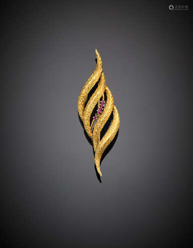 Yellow chiselled gold ruby leaf brooch, g 8.29, length cm 8 circa. (losses)