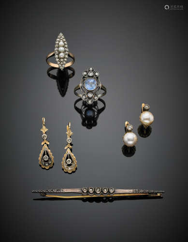 Lot composed of two rings, a pin, two pairs of earrings all in 9 Kt, 18Kt gold and silver and accented with diamonds, pearls and sapphire, in all g 21.90.