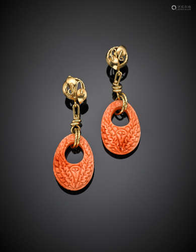 Yellow gold carved pink orange coral hoop pendant earrings, g 21.30, length cm 6.5 circa. Marked 715 NA