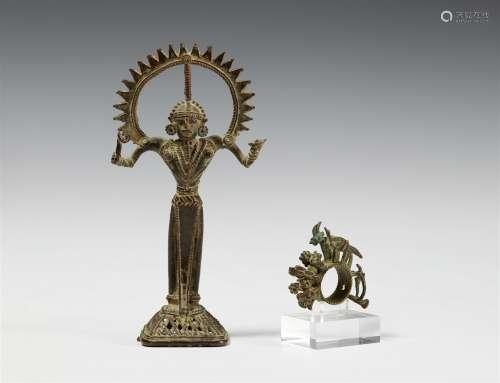 Figur und ein Ritualring. Bronze. Zentralindien, Chhattisgarh, Bastar. 20. Jh.