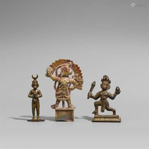Drei Figuren des Hanuman. Bronze und Gelbguss. Indien. 18./19. Jh.