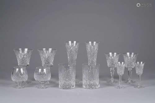 St LOUIS. Partie de service de verres en cristal comprenant 32 pièces : 10 flûtes à champagne, 11 verres à eau, 11 verres à vin.