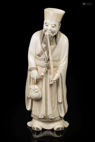 Japon, début du XX° siècle. Sujet en ivoire sculpté okimono représentant un vieillard fumant l'opium. H 20cm. Spécimen en ivoire pré-convention. Conforme au règlement CE 338-97 art.2.w.mc du 9 décembre 1996. Spécimen antérieur au 1er juin 1947. Soumis selon le décret du 4 mai 2017 à une déclaration préalable