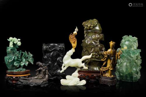 Chine, XX° siècle. Lot comprenant un ensemble de vases et de sujets de différentes origines en quartz rose, serpentine et autres pierres dures. (Nombreux manques et accidents).