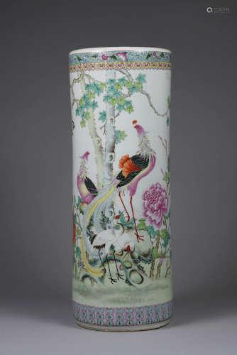 Chine, XX° siècle. Grand vase tubulaire en porcelaine à décor de la famille Rose de Phoenix et fleurs de pivoines. H 62cm.