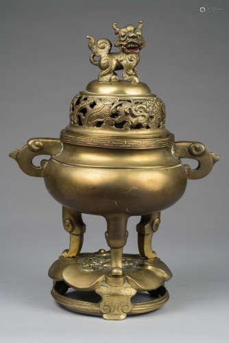 Vietnam, XIX° siècle. Beau brûle parfum en bronze à couvercle ajouré et socle à forme de fleur de lotus tripode. Marque Xuande à six caractères sous la base. H 39cm.