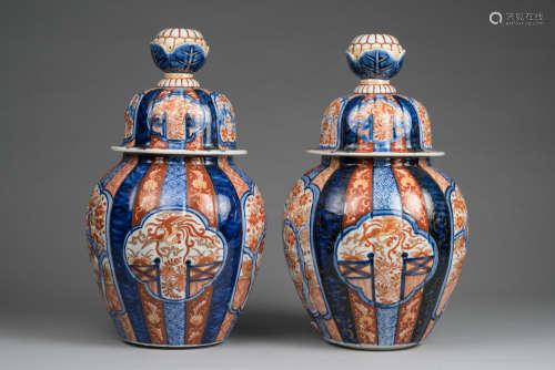 Japon, période Meiji, XIX° siècle. Paire de jarres couvertes à décor Imari de Phoenix et paysages. H 39.5cm. (Léger fêle de cuisson sous l'une des jarres).