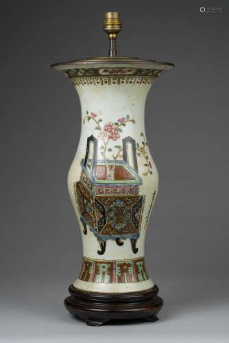 Chine, XIX° siècle. Vase en porcelaine de forme