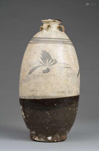 Chine, XIX° siècle, dans le style des Jin. Vase à décor Cizhou de bouquets. La partie supérieure émaillée crème et finement craquelée. La partie inférieure émaillée brun. Quatre élégantes anses ornent le col. H 30cm.