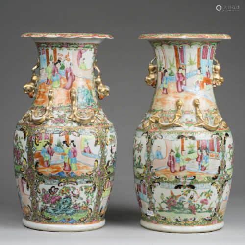 Chine, époque XIX°siècle. Paire de vases en porcelaine de Canton à décor de personnages et animaux. H 36,5 cm.