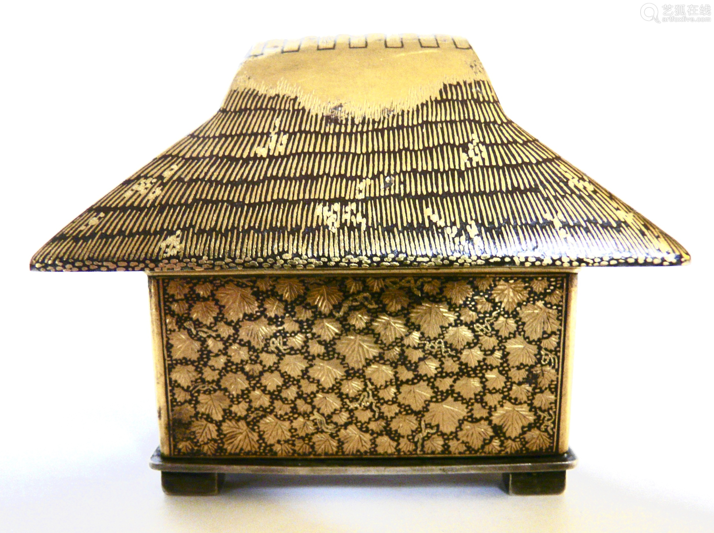 KOMAI, Japon, période Meiji, fin XIXe siècle.  Petite boite en fer et incrustations en nunomezogan or