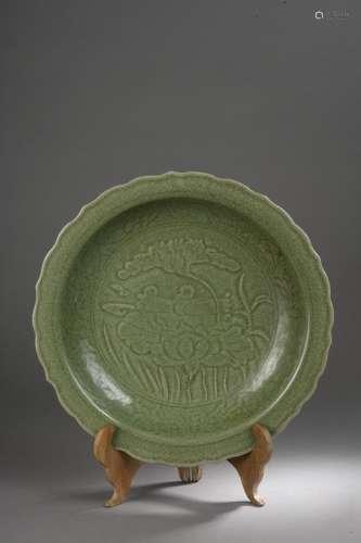 Important plat du Longquan à marli polylobé décoré de plantes lacustres, lotus et nénuphar abritant deux canards et d'une frise florale sous glaçure monochrome céladon craquelé.