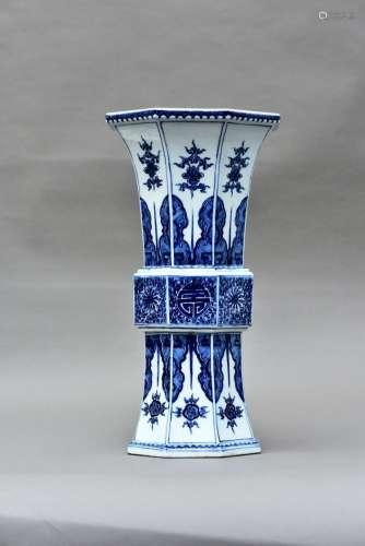 A BLUE AND WHITE PORCELAIN OCTAGONAL BEAKER VASE, QING QIANLONG PERIOD