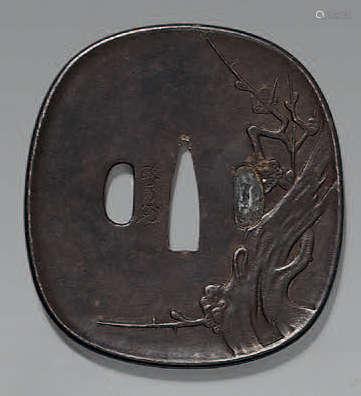 TSUBA en fer à décor en léger relief d'une…