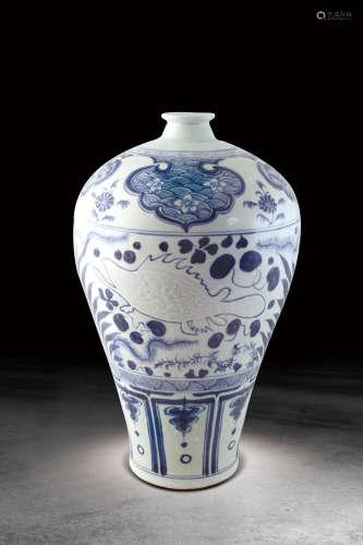 元 青花雕鱼藻纹梅瓶
