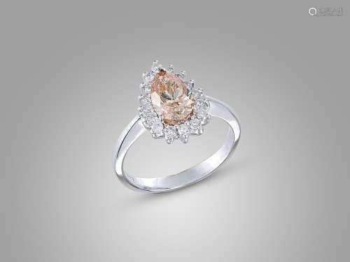 1.16卡拉梨形淺棕色鑽石配鑽石戒指鑲18K白金