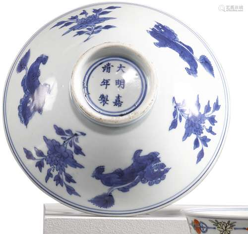 A BLUE AND WHITE 'BUDDHIST LION' BOWL QING DYNASTY, 17TH CENTURY