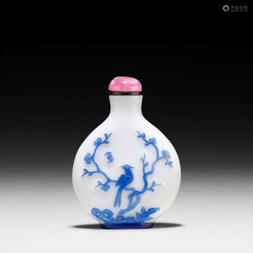 Yangzhou School, 1800-1880 A BLUE OVERLAY WHITE GLASS SNUFF BOTTLE