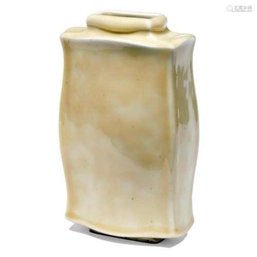 ƒ MAURICE GENSOLI (1892-1972) Vase balustre méplat d'inspiration chinoise en grès porcelainique, émail jaspé crème. Signature inci...