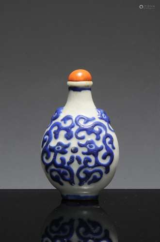 CHINESE CARVED PORCELAIN SNUFF BOTTLE, 18TH C
