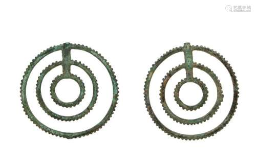 A pair of bronze ornaments. Possibly armour fittings. China, Han or earlier. Diam. 5 cm.