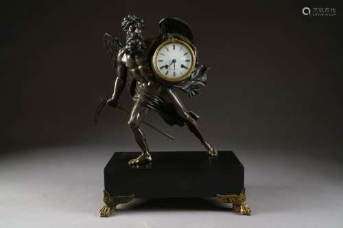Pendule. Figurant Chronos tenant sa faux de la main droite, le mouvement du bras gauche.