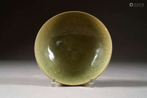 Coupe ronde sur Pied talon. Au décor présentant, sur ses deux faces, des rangs de pétales de lotus avec formes chantournées incluant divers motifs. Céramique à glaçure céladon de Longquan - Chine. Période Yuan (1260-1368).