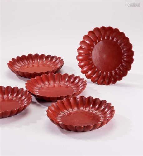 明 红漆菊瓣纹盘