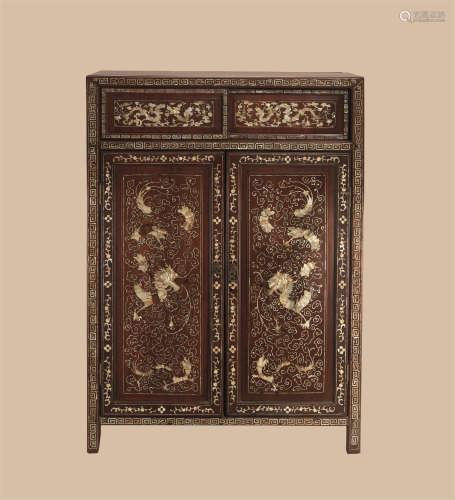 清代(1644-1911)年作 红木嵌螺钿云龙纹柜